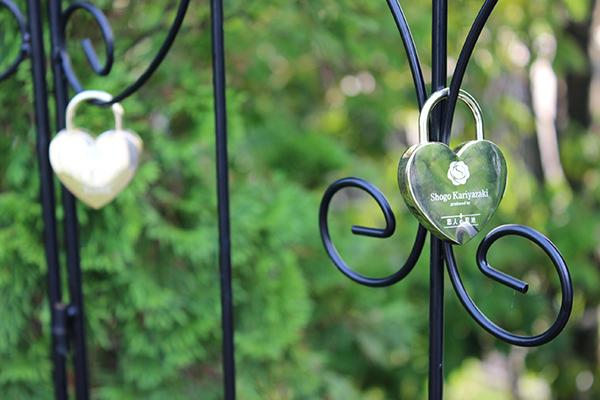オブジェの両横には、お二人用の約束の鍵「ハートロック」を記念に残すアイアンも設けてあります。